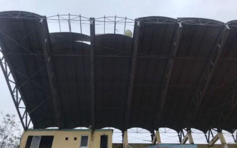 Mái hiên sân Tam Kỳ bị thổi tốc sau cơn bão cuối năm 2020
